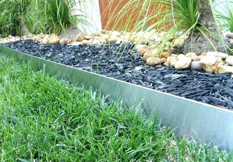 Metal Lawn Edging with Dark Colored Mulch
