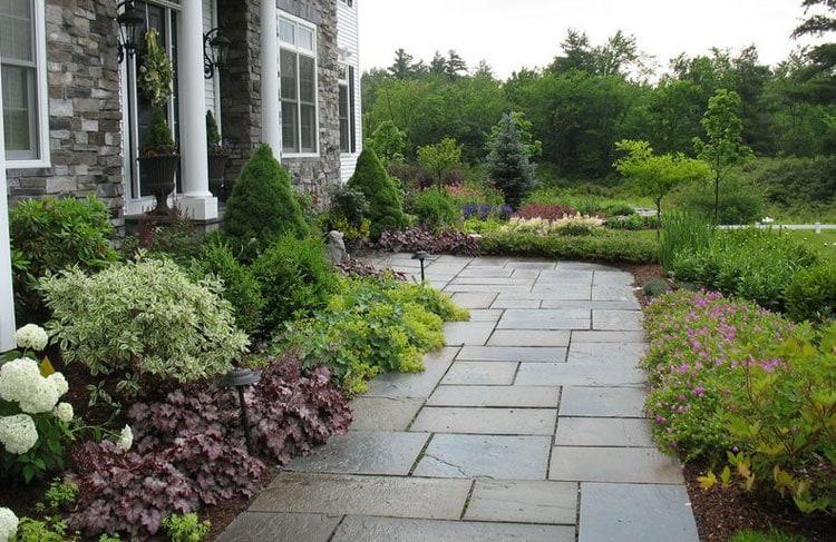 Lavish Front Yard Landscape for Expert Gardeners