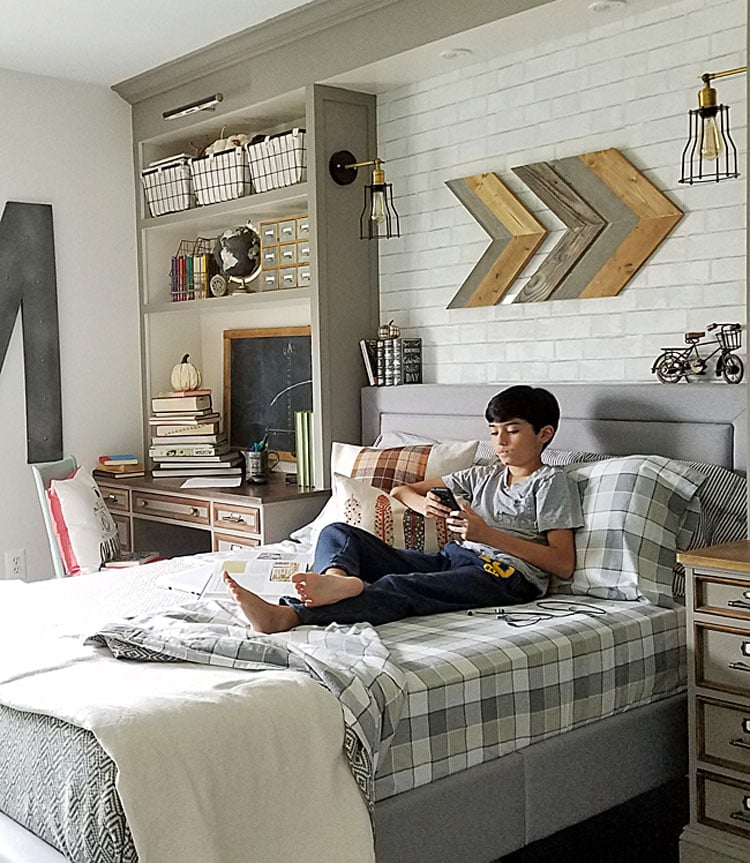 Woodsy Teen Bedroom with Neutral Colors
